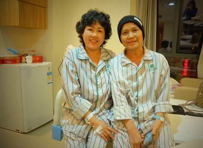 泰国乳腺癌志愿者奥彤看望微美